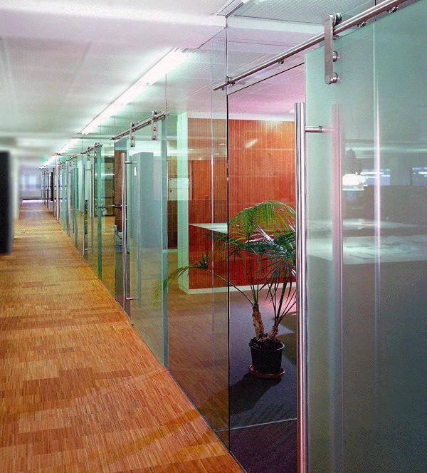 Kantoor met glazen wanden en deuren